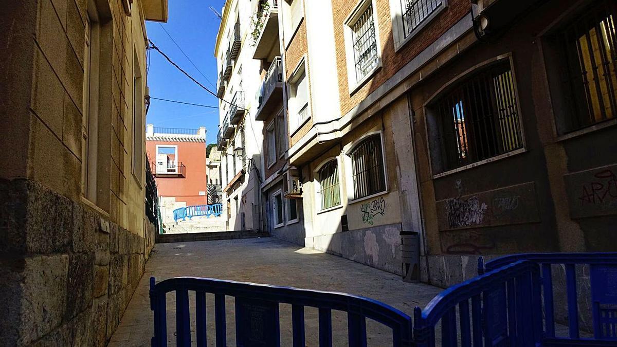 Una valla impide el acceso a calle Condesa Peralta tras el derrumbe del número 7.    URQUÍZAR