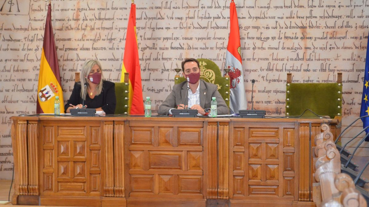 La concejala de Hacienda, Patricia Martín, y el alcalde de Benavente, Luciano Huerga en rueda de prensa.