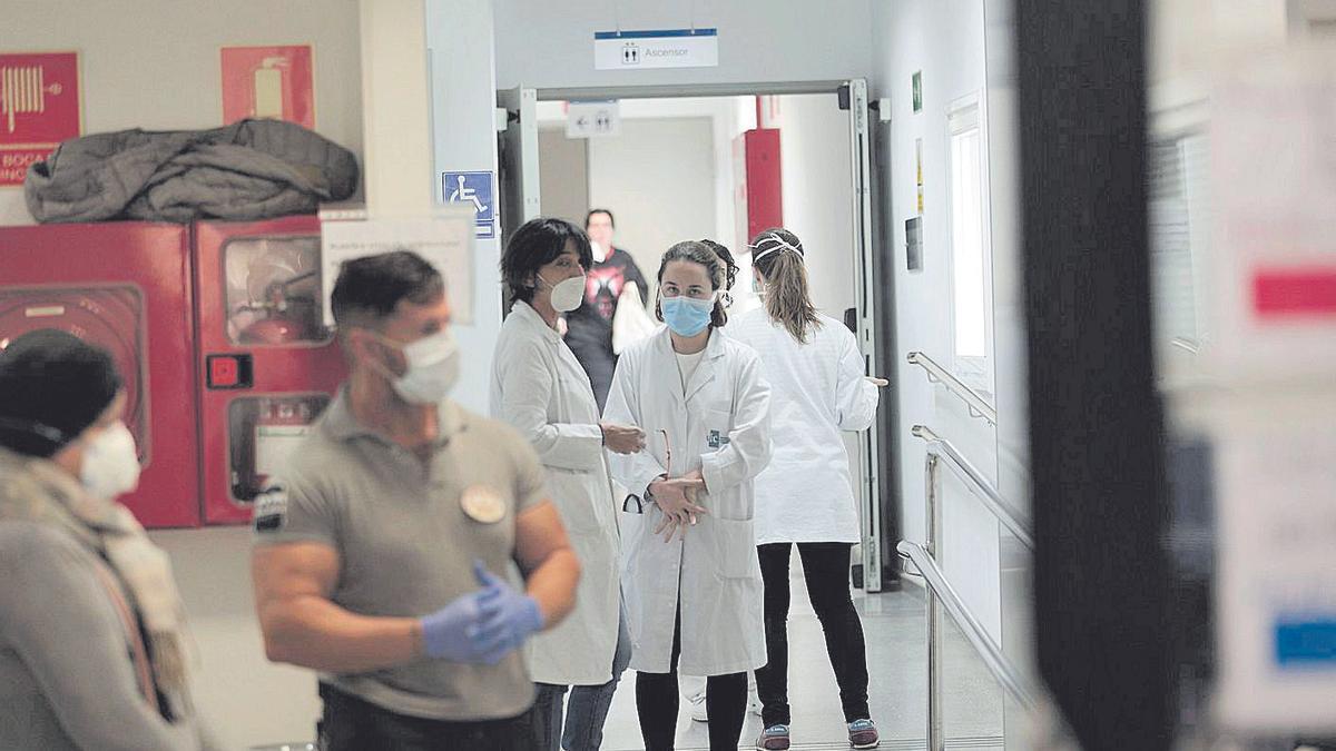 Profesionales sanitarios en el centro de salud de Escola Graduada durante la pandemia.