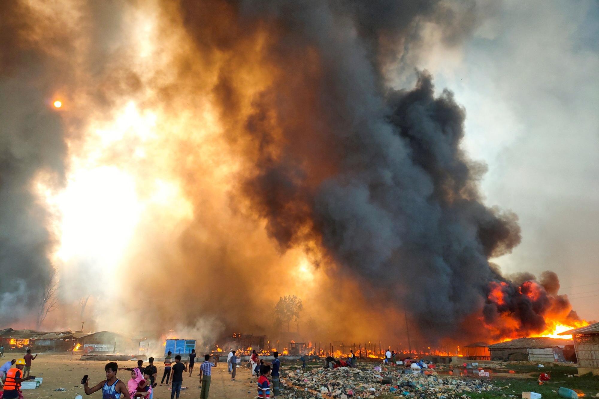 Un incendio en el campamento de refugiados rohingya en Bangladesh .