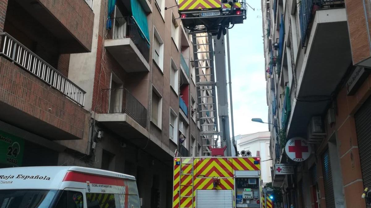 Los bomberos de Cieza rescatan a una mujer que se encontraba inconsciente en el interior de su vivienda