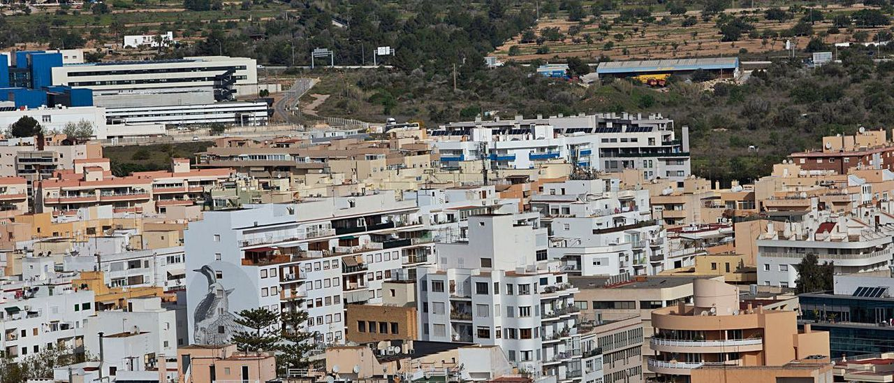 Vista de bloques de viviendas en la ciudad de Eivissa | VICENT MARÍ