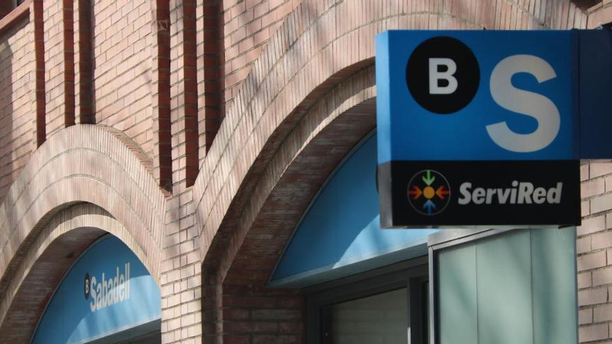 El Banc Sabadell estudia un pla de baixes i prejubilacions que afectaria fins a 2.000 empleats