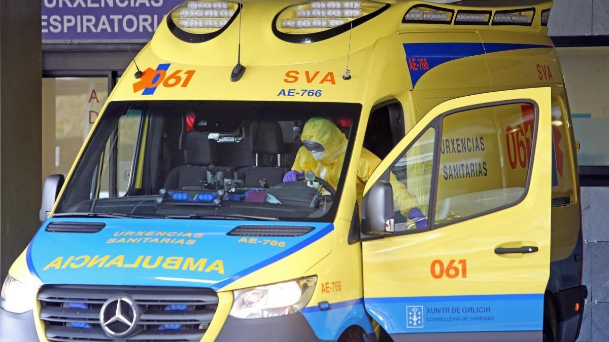 Una ambulancia en la entrada de Urgencias del hospital Álvaro Cunqueiro. // Marta G. Brea