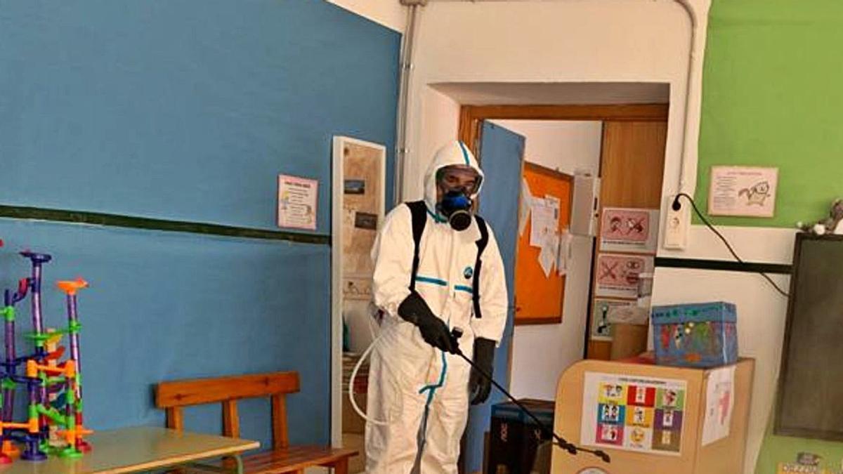 Un empleado de limpieza en el colegio de Confrides.