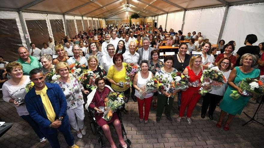 La Festa da Ameixa homenajea a una docena de mariscadoras jubiladas