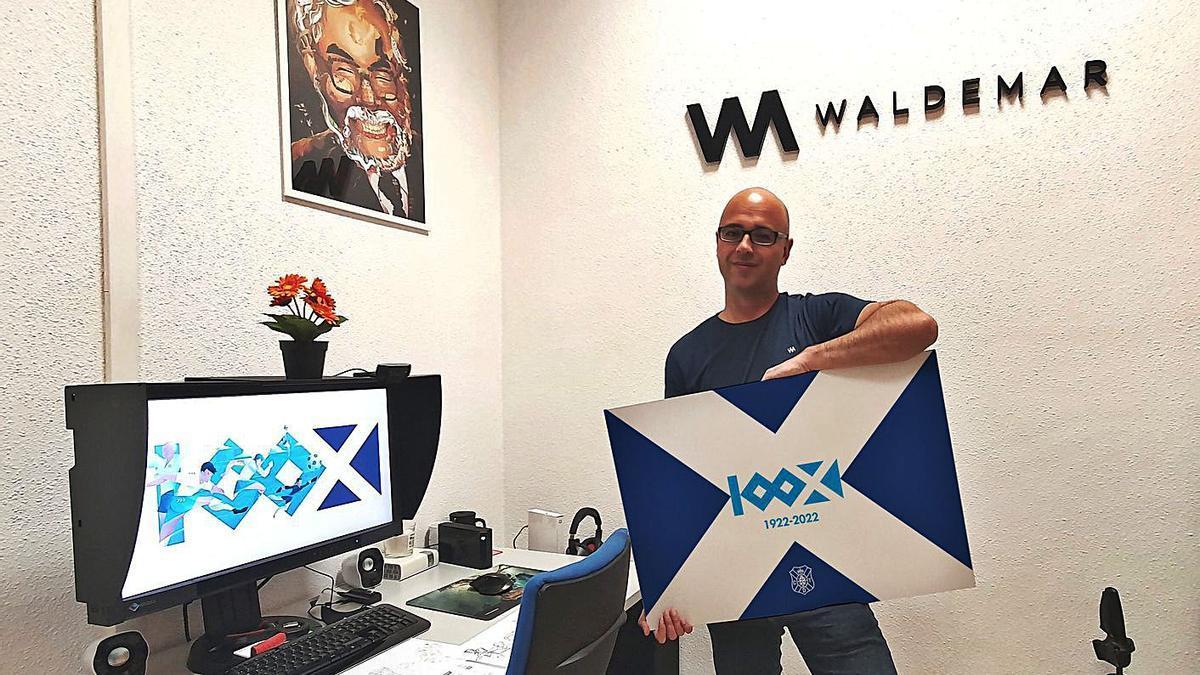 Lemanczyk posa en su lugar de trabajo con el logo del centenario del CD Tenerife.