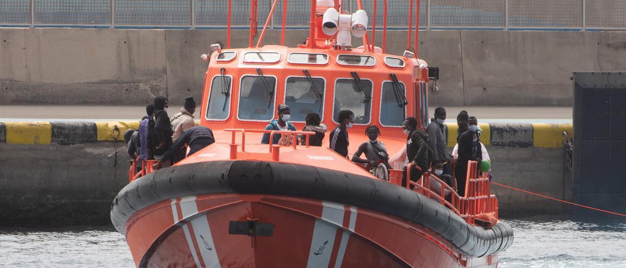 Una embarcación de Salvamento Marítimo traslada a un grupo de migrantes hasta un puerto de las Islas.