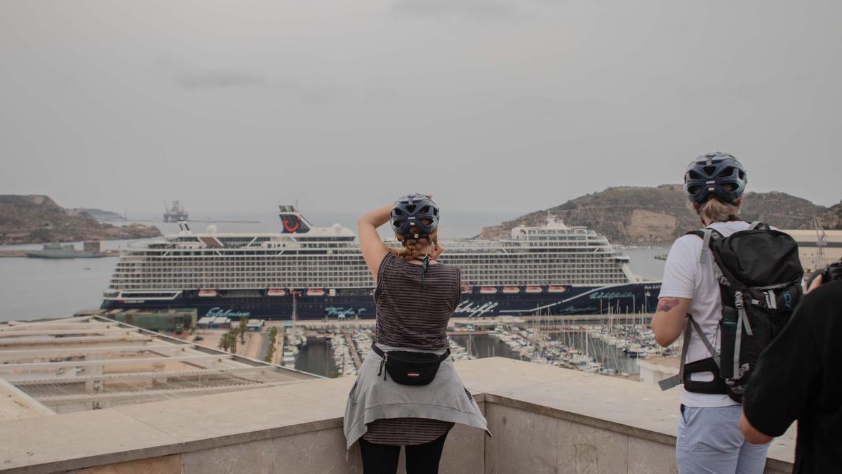 Atraca en Cartagena el primer crucero que viene a España tras la covid.