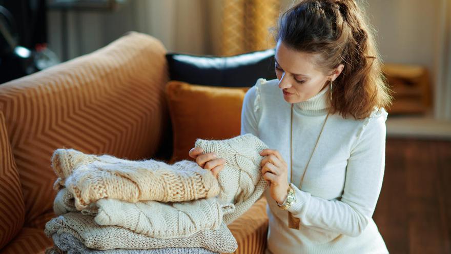 Trucos sencillos y útiles para organizar el armario con la llegada del otoño