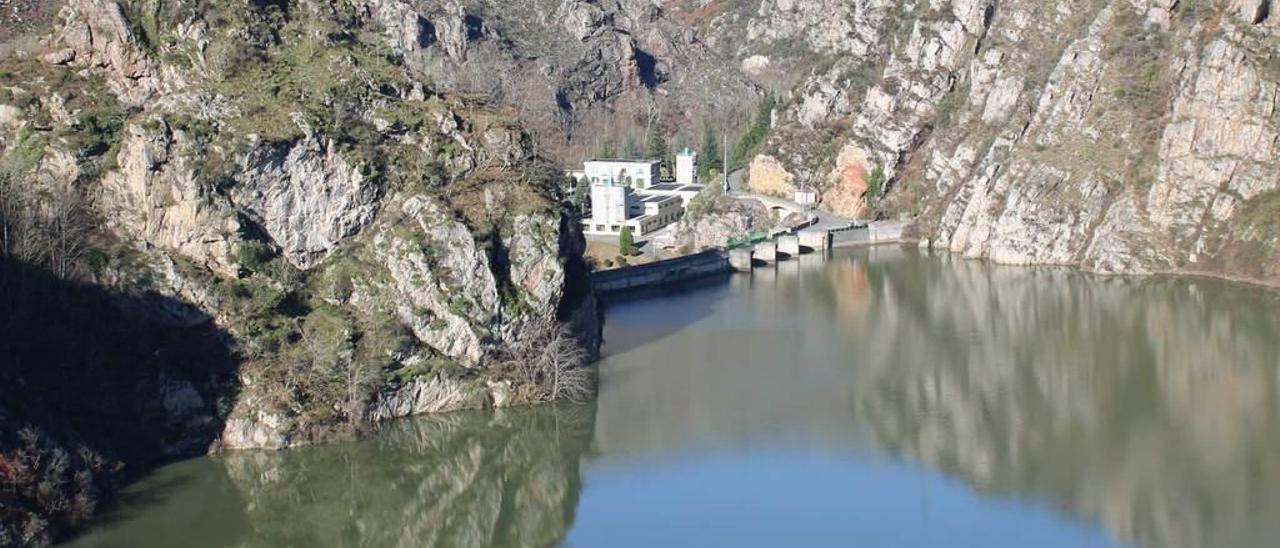 El pantano de Rioseco, en Sobrescobio, con la depuradora de agua de Cadasa.