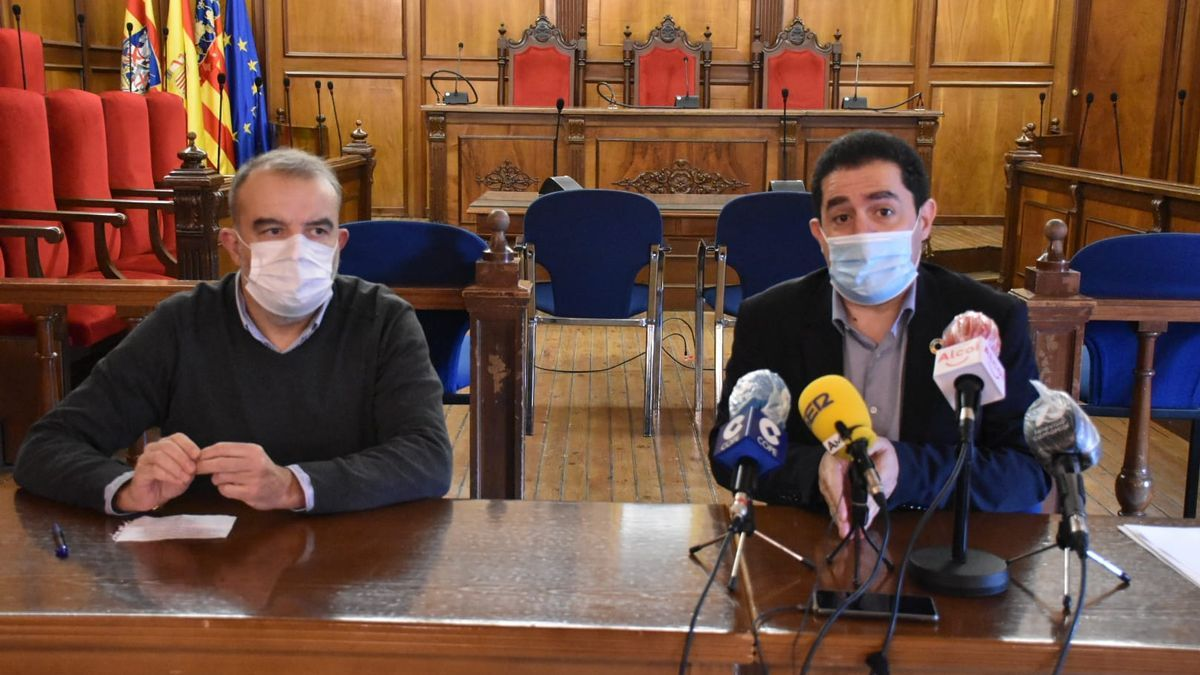 The mayor of Alcoy and the municipal government spokesman announcing the new restrictions this morning.