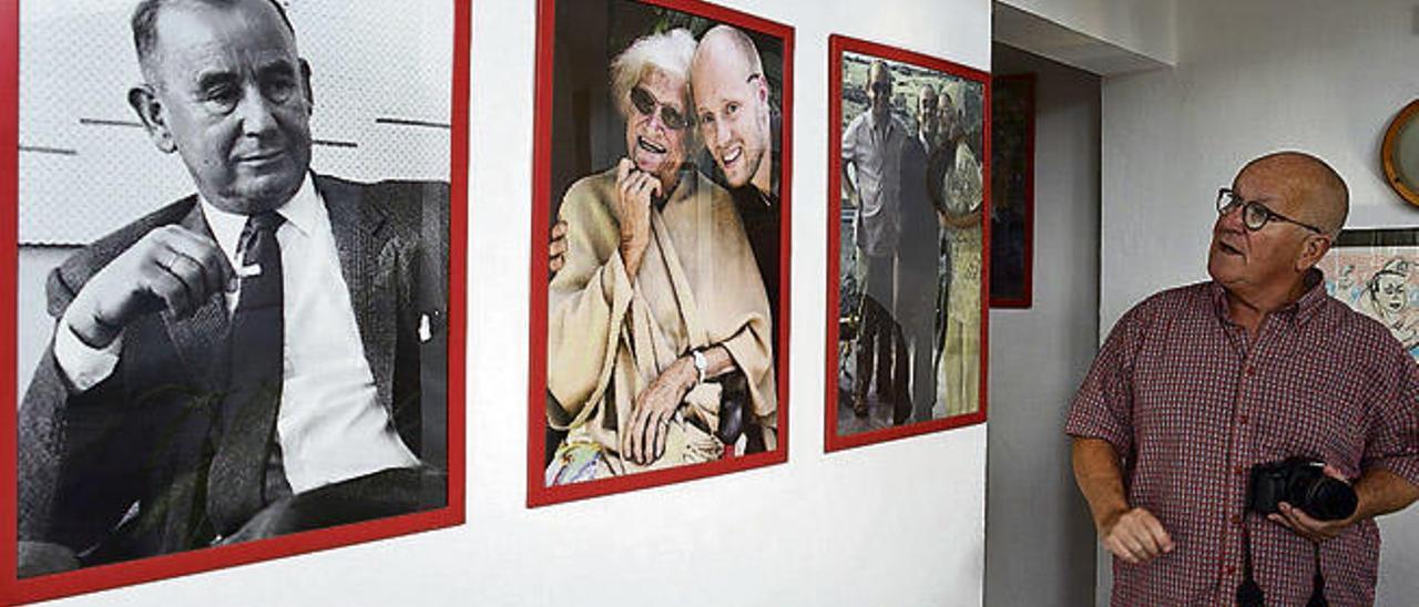 Max Mikael Manus, ayer, en la vivienda familiar en Puerto del Carmen junto a las fotos de su padres,