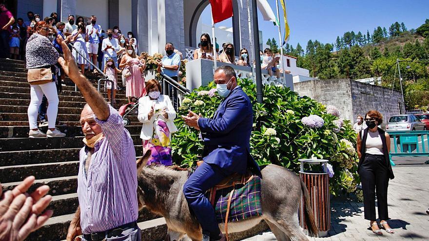 Fontanales despide sus fiestas con el tradicional paseo en burra del alcalde