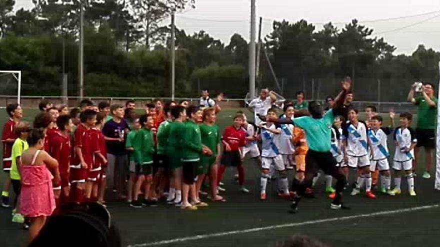 El baile a lo Shakira de un linier en un torneo de fútbol base en Boiro