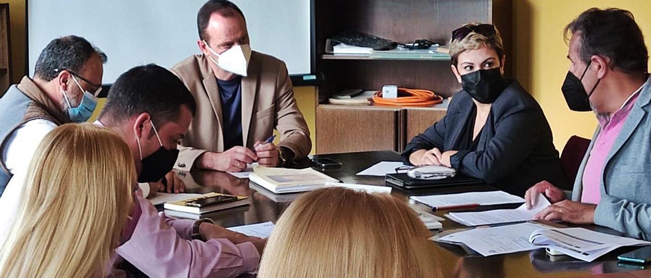 Óscar Hernández, en el centro; a la izquierda, Francisco García; y a la derecha Ana Hernández, ayer, en la reunión. | | LP/DLP