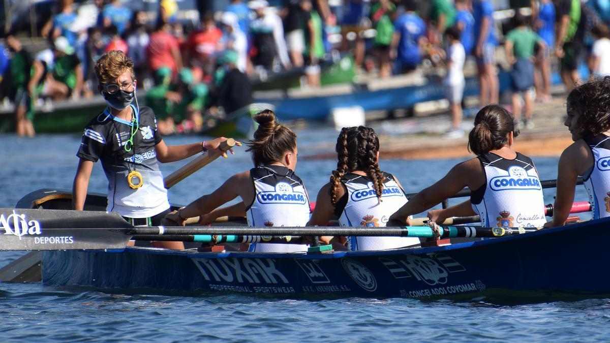 Imagen de equipo femenino del Club de Remo Náutico de Riveira.