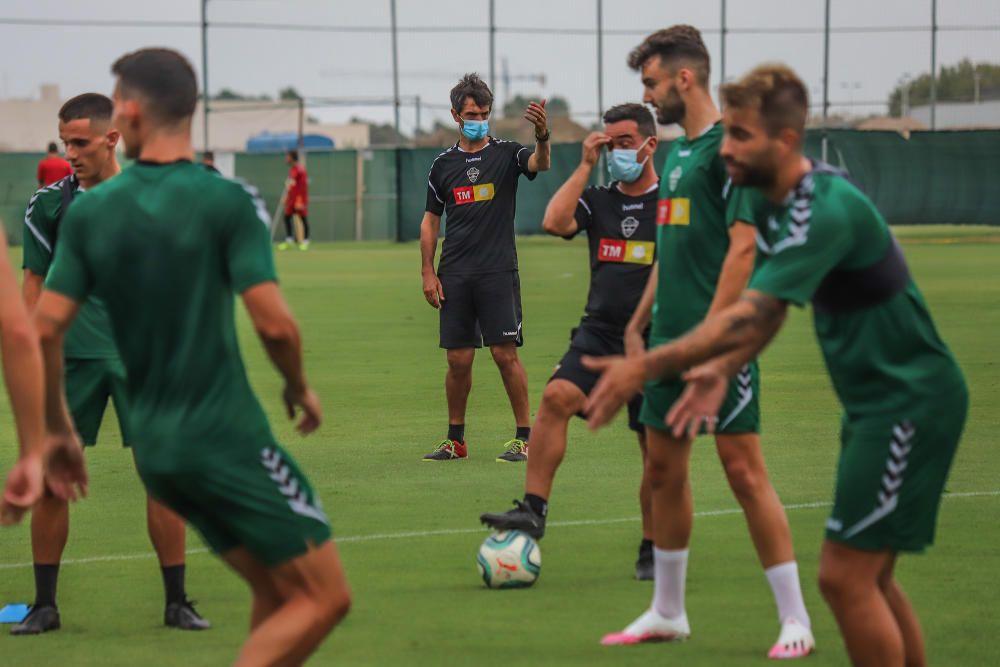 Se trata de su primer entrenamiento en este complejo deportivo para preparar el partido de mañana (22.00) en el Martínez Valero frente al Real Zaragoza.