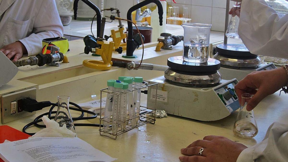 Jóvenes investigando en un laboratorio de un centro educativo.     EUROPA PRESS