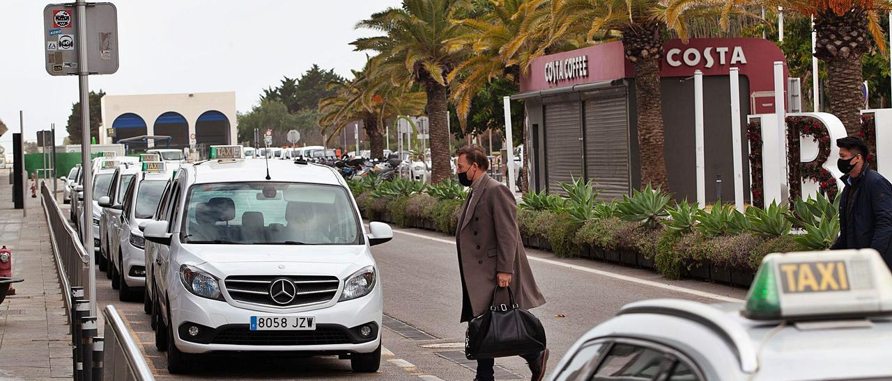 Imagen de la parada de taxis del aeropuerto, uno de los puntos donde los conductores sufren mayor intrusismo.