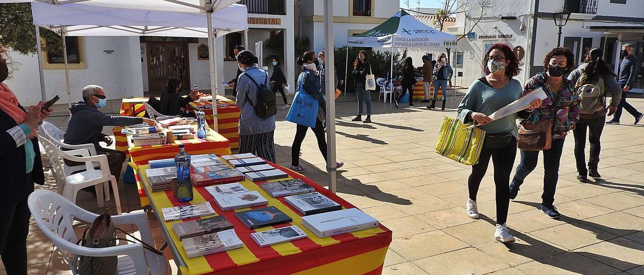 Aspecto de la plaza de la Constitución de Sant Francesc con motivo del día del libro, Sant Jordi. | C.C.