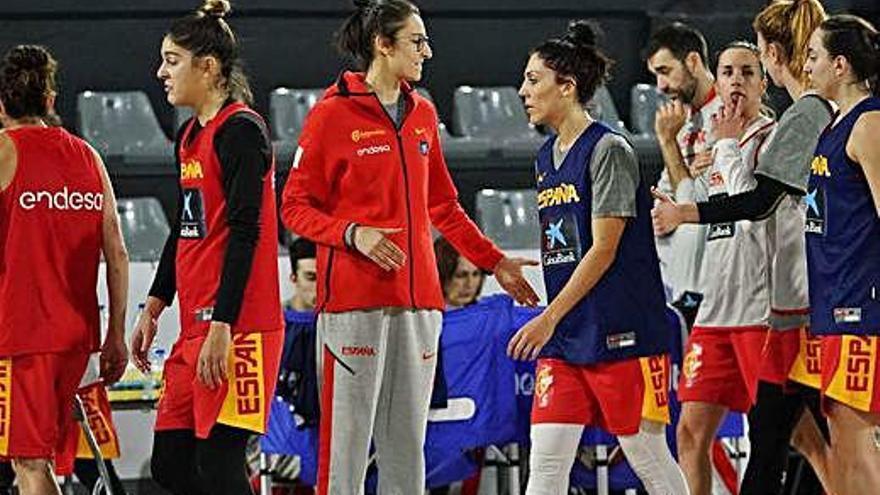 Alba Torrens, en el centro, todavía no se ha recuperado de su lesión pero ya está con el equipo.