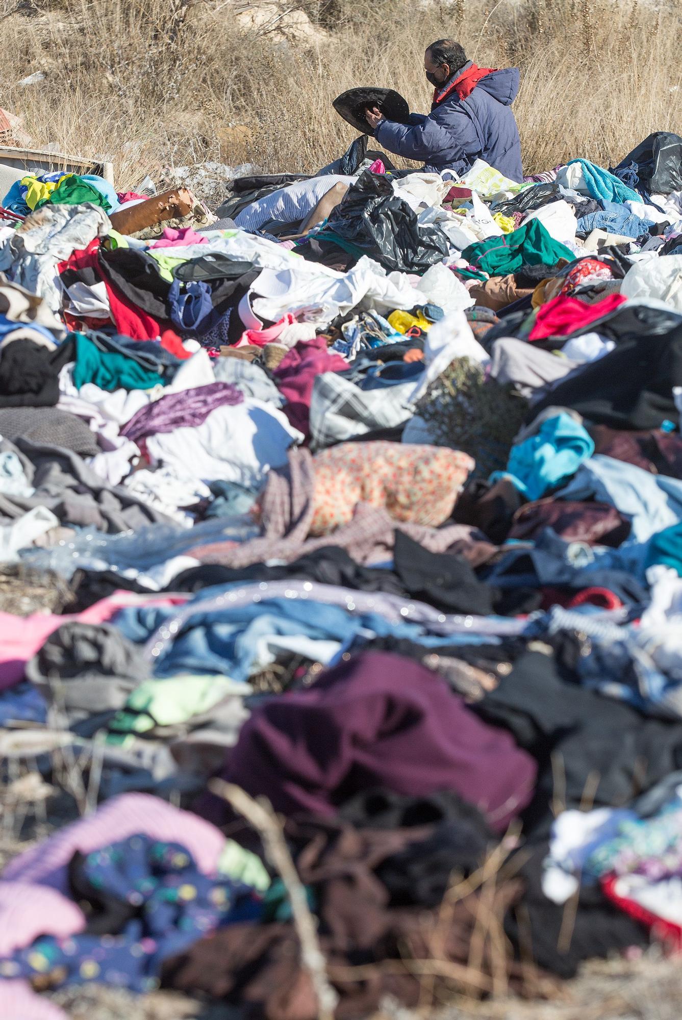 Explanada de ropa usada en un terreno de Rabasa en Alicante