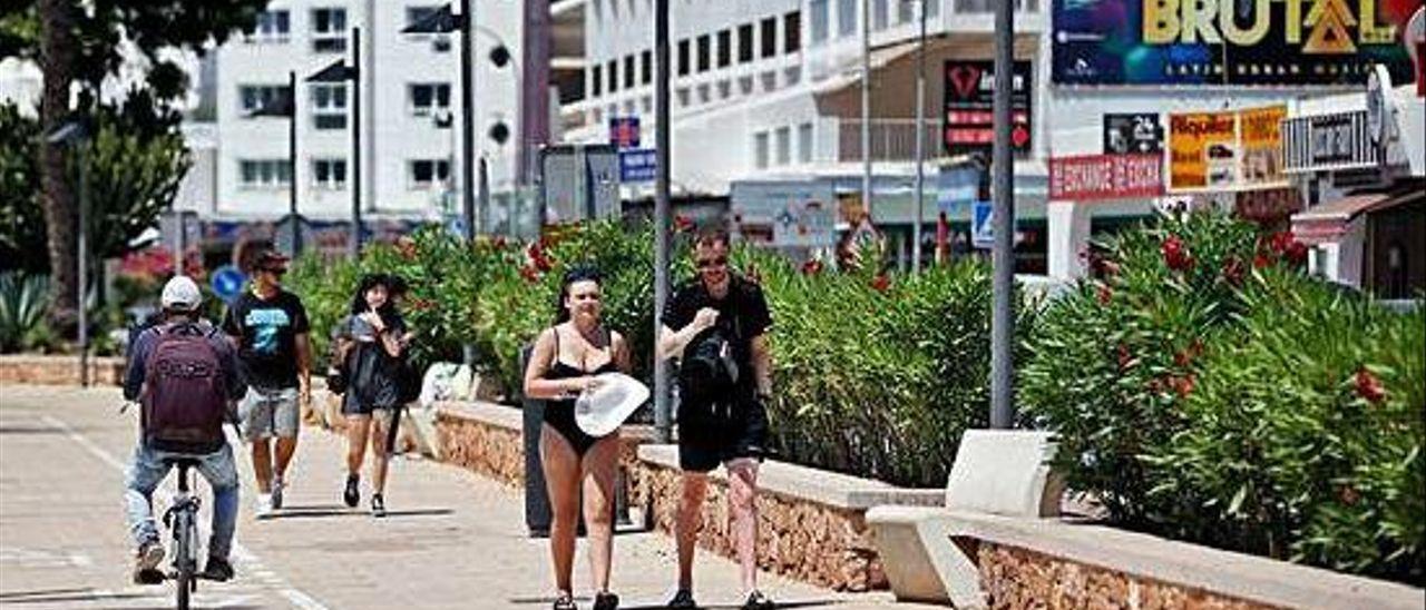 Turistas paseando por s'Arenal de Sant Antoni.