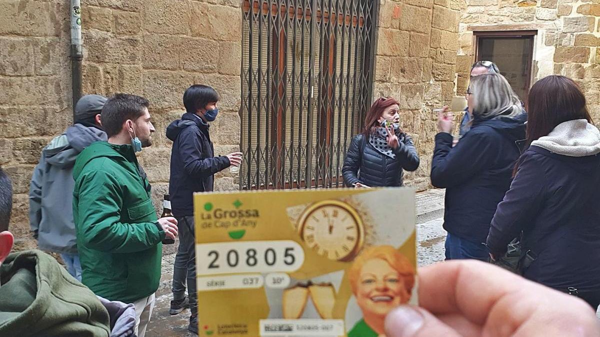 Un dels bitllets premiats amb alguns afortunats al barri antic de Solsona