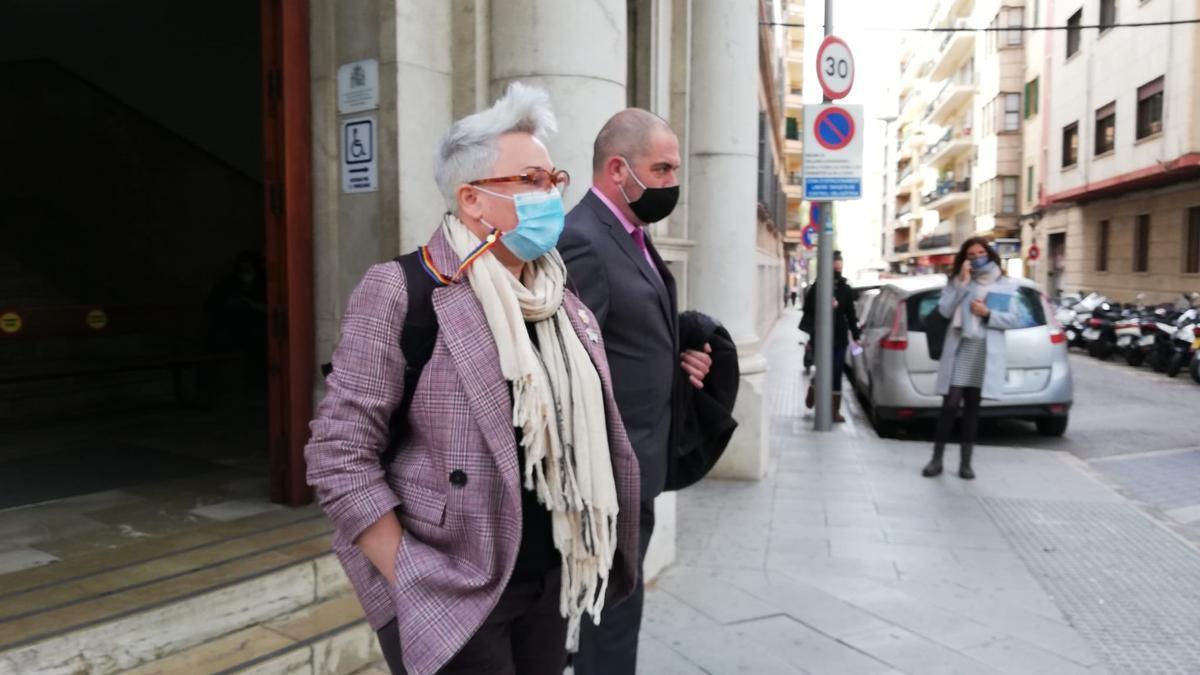 La regidora Sonia Vivas, acompañada de su abogado, Josep de Luis, saliendo el juzgado.