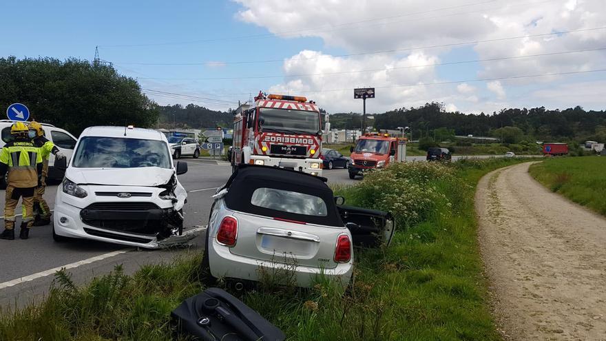 Bomberos excarcelan a un conductor tras un choque en Ledoño