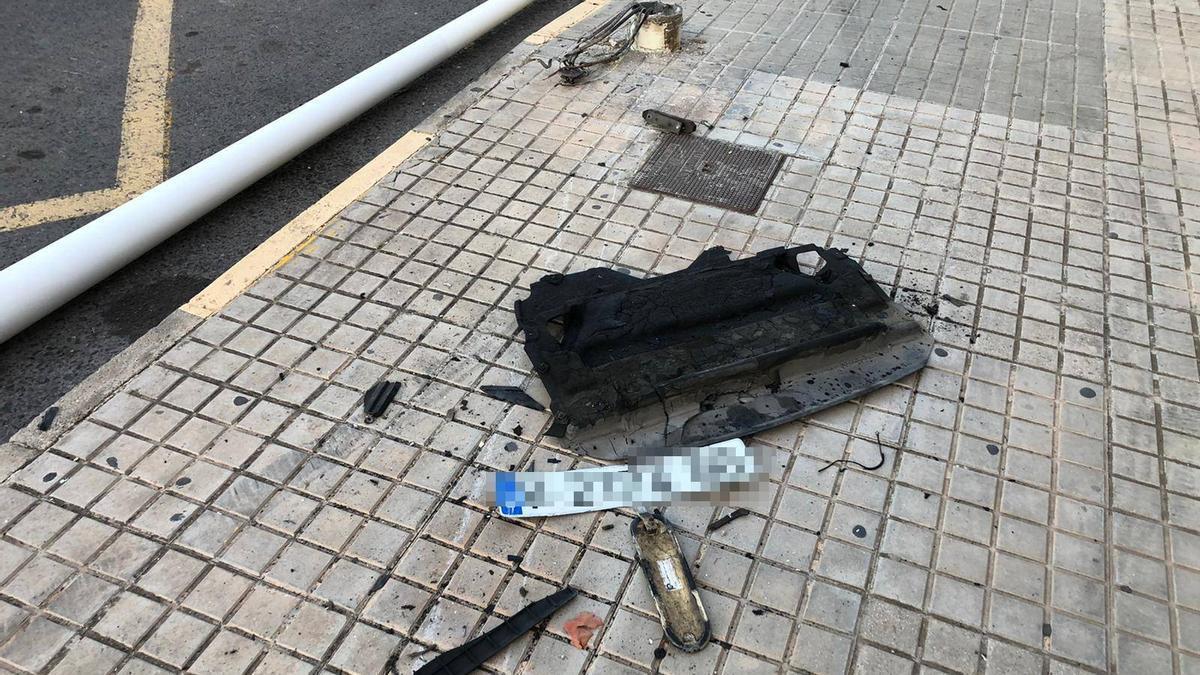 Imagen de la farola en el suelo y la matrícula a las puertas de la residencia de Altabix