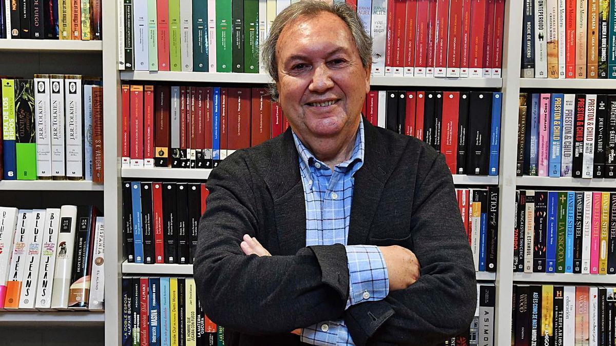 José Manuel Otero Lastres en la librería Arenas.  | // VÍCTOR ECHAVE