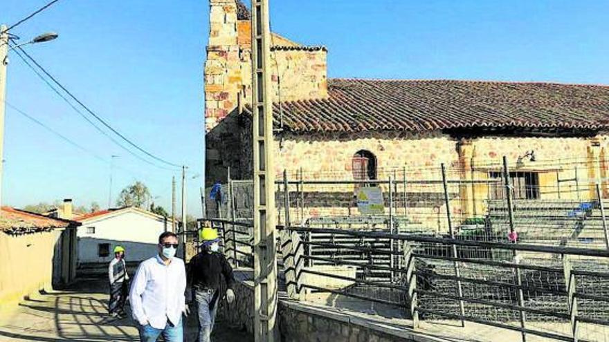 Las obras en la iglesia de Entrala obligan a trasladar las misas al salón municipal