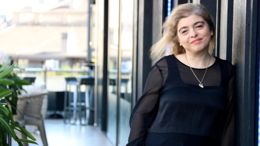 La periodista Mariana Enriquez retrata els seus viatges pels cementiris a 'Alguien camina sobre tu tumba'