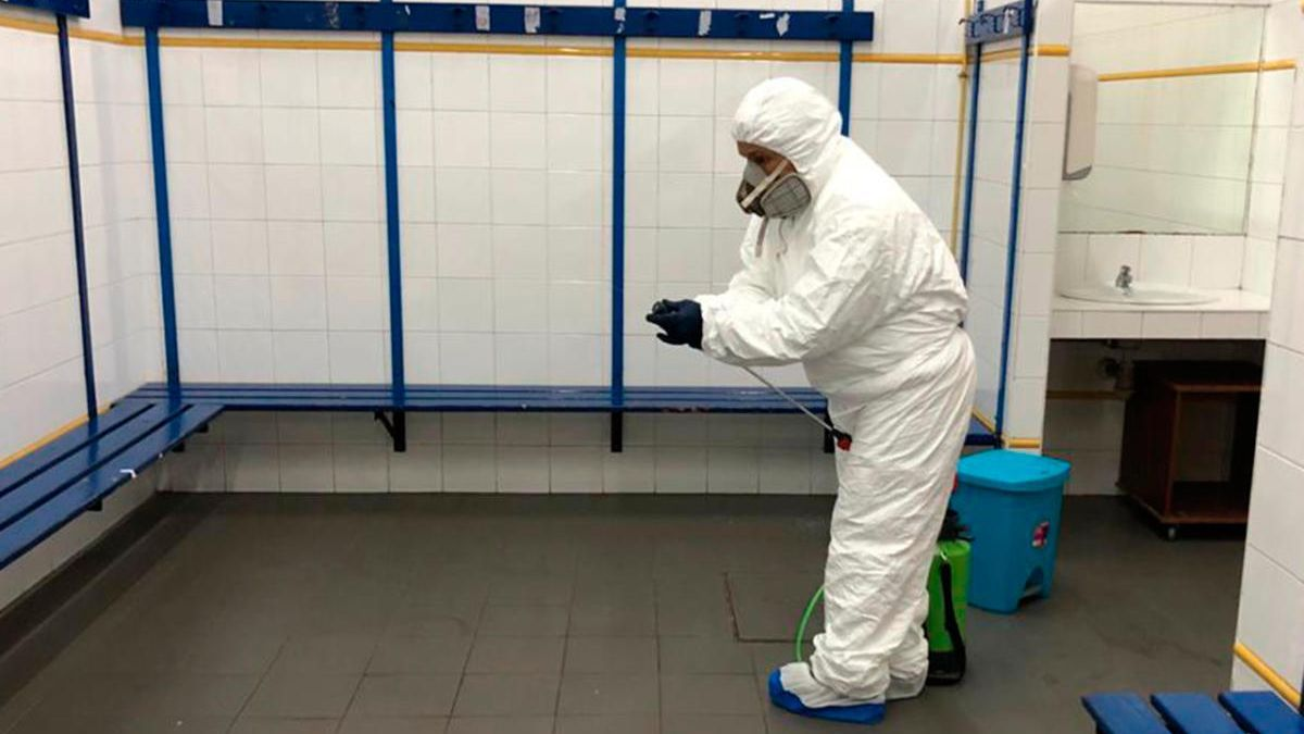 Uno de los operarios trabaja en la desinfección de uno de los vestuarios de O Gatañal.