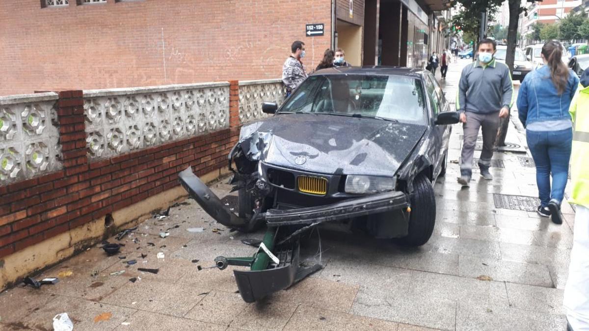 Estado en el que quedó el coche que colisionó en el cruce de Castrelos con Arquitecto Palacios.
