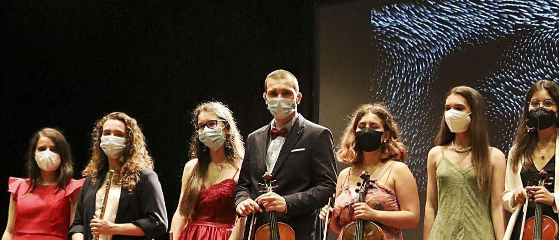 Participantes en la ceremonia de graduación del Conservatorio avilesino.
