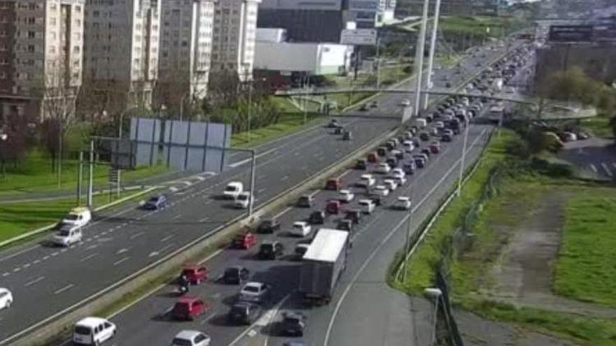 Retenciones en dirección salida de la ciudad por un accidente en A Pasaxe