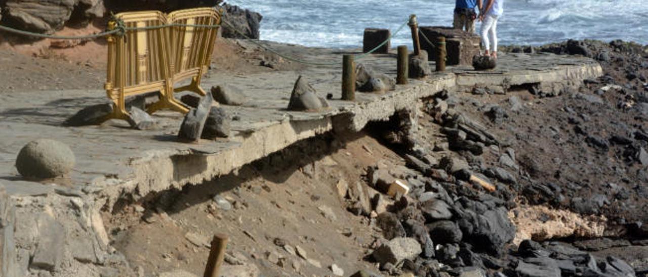 """Vecinos y usuarios reclaman obras en la playa de Los Palos, que """"se cae a cachos"""""""