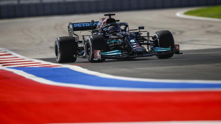 Mercedes domina y Verstappen opta por cambiar el motor y salir desde el final de la parrilla