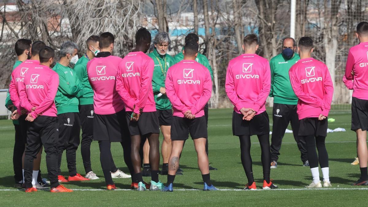 Pablo Alfaro junto a un grupo de jugadores del Córdoba CF en un entrenamiento en la Ciudad Deportiva.