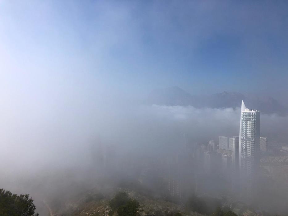 Este fenómeno se da porque el aire caliente baja y se condensa al chocar con el agua fria. Entonces, se forma la niebla y el viento la empuja a tierra.