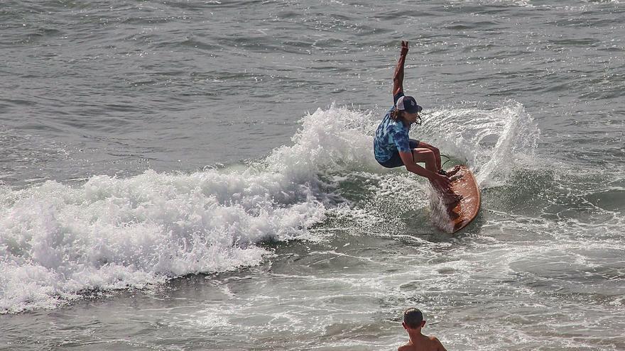 Orihuela permitirá el surf en la temporada alta con bandera roja