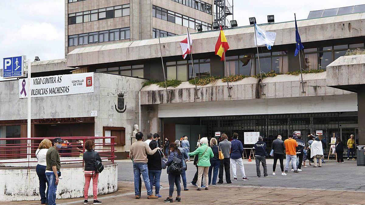 Colas de personas en busca de información sobre el IMV ante el concello de Vigo en junio.