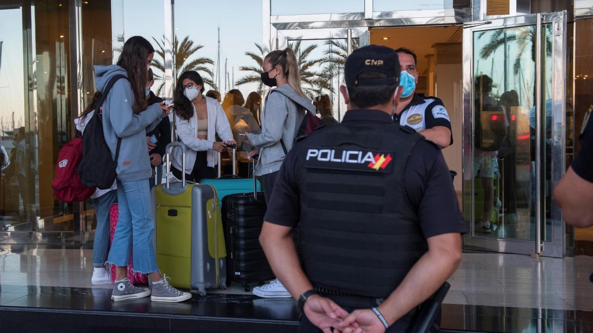 Estudiantes a las puertas del hotel mallorquín.