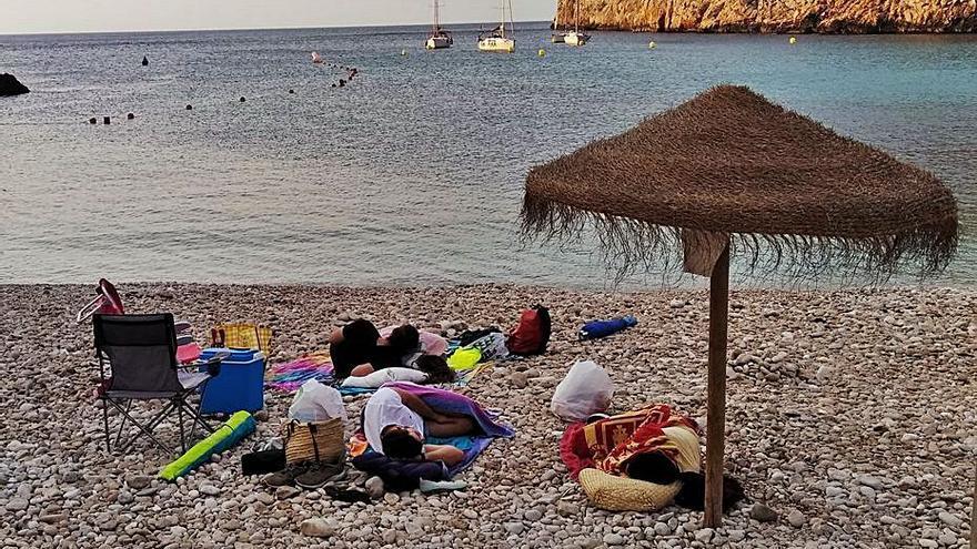 Los bañistas duermen al raso para tener sitio en la Granadella de Xàbia
