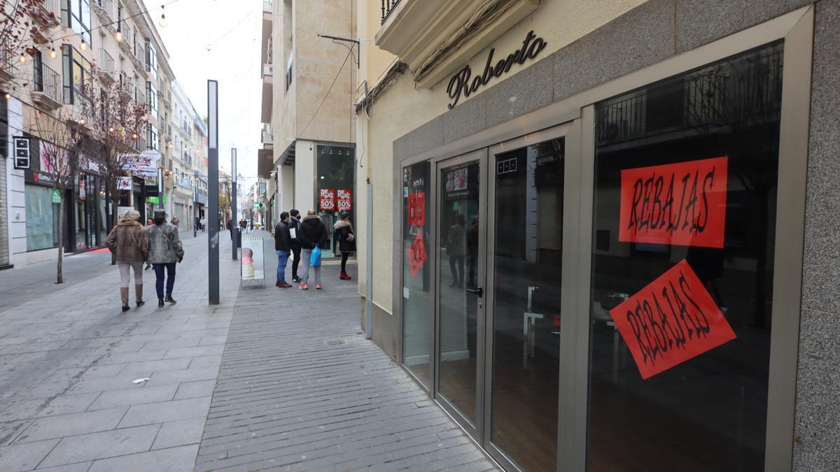 Imagen tomada en enero con las tiendas de la calle Menacho cerradas.