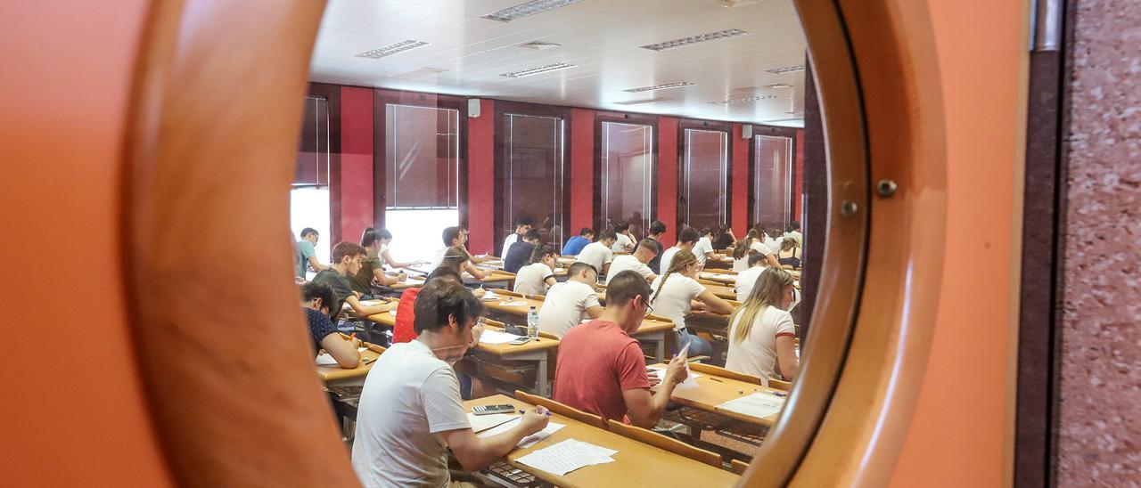 Imagen de un aula de la Universidad Miguel Hernández de Orihuela en 2019 con alumnos realizando la selectividad
