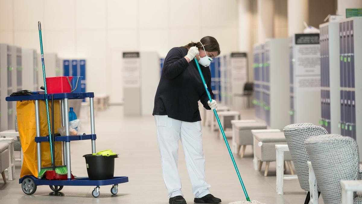 Una empleado hace labores de limpieza